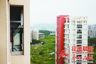 阳台护栏玻璃被拆除 4岁幼童从18楼坠亡