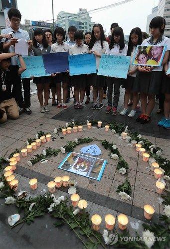 首尔华溪中学的学生为韩亚空难遇难者举行哀悼活动。