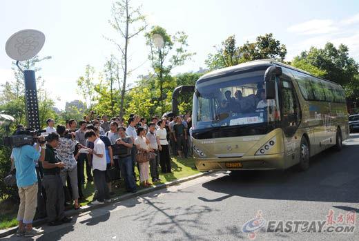 图片说明:上午9点,带着四个家庭的忧伤和期待,带着家乡人民的哀思和关切,一辆载了18人的大巴从江山出发,直奔上海美国驻上海总领事馆。