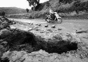 屋漏偏逢連夜雨 岷縣十里鎮多處通村公路斷了