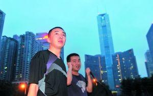 许霆出狱准备坐火车回老家,进广州东站前,他深情地环顾了一眼中信广场等标志建筑。  信息时报记者 何建 摄(资料图片)