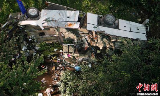 发生车祸,一辆大客车在高速公路上行驶时撞上数辆汽车后翻入峡谷