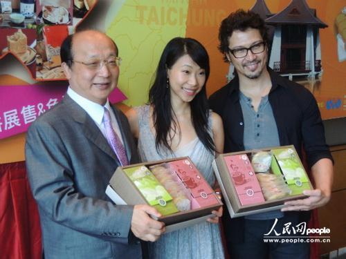 台中市市长胡志强(左)与女儿一起宣传台中糕饼。(摄影:曹海扬)