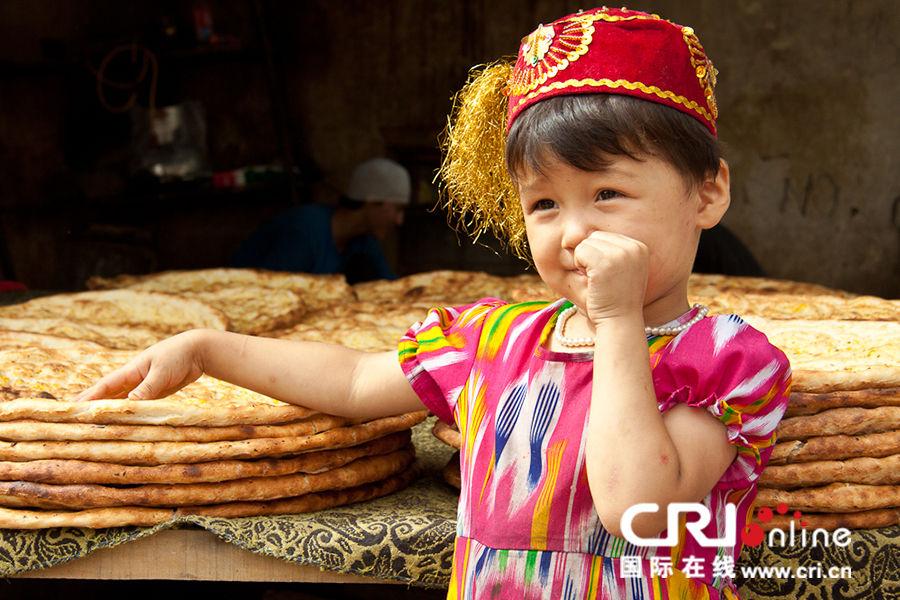 烤馕家的可爱小姑娘 摄影:马里