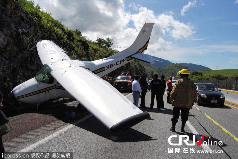 一架小型飞机因机械故障迫降在公路