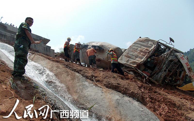 广西高铁施工隧道司机带耳塞倒车 翻下陡坡2人身亡(图