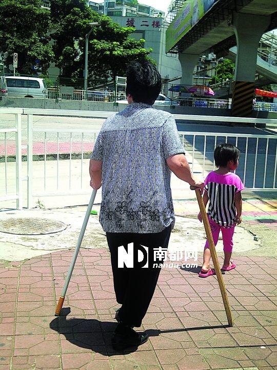 龙岗,拄拐杖的老人照看着孙女.-关外的细节
