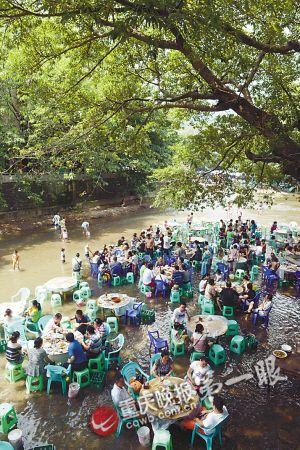 每个餐桌下都放有垃圾桶,保障了这一片溪水的洁净.