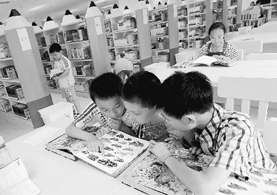河南郑州小学生暑假在阅览室读书