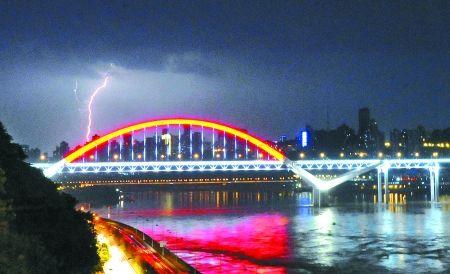 闪电降价只凤凰资讯_昨晚,我市遭遇暴雨大风冰雹雷电强对流天气,一道闪电划破菜园坝大桥上