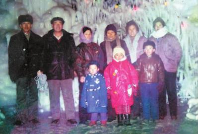 照片攝於1992年春節。 右二是我,右三是母親。 因小妹遠在他鄉,裡面唯獨缺小妹一傢