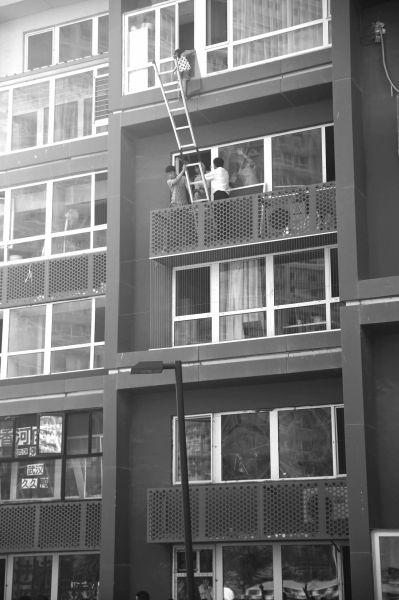 北京:5岁女童扯坏纱窗悬在16米高窗外 众人施救(图)