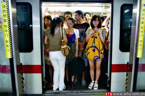女子车挤竟解色狼性感扣地铁偷拍嫌暗竟开闪家政妇漫画第21内衣话图片