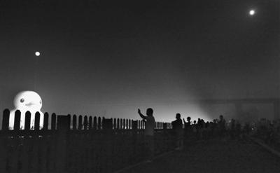 昨日,园博园的大黄鸭头顶悬着的人造月亮与天空的真月亮遥相呼应,为