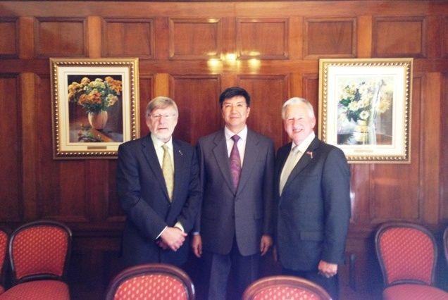 宋总领事与史密斯议长(右)、阿特金森主席合影