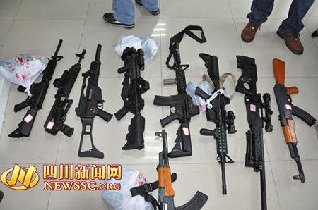 被警方当场收缴的仿真枪支。
