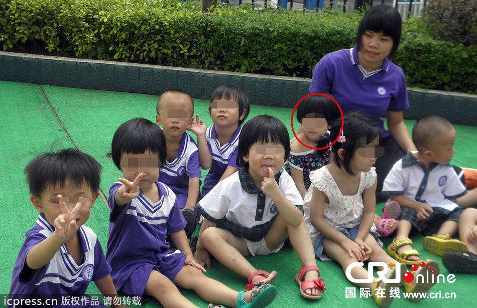 2013年9月12日,图为女童钟淼霖生前和小朋友们在幼儿园内一起玩耍(标注红色圈靠近幼师的短发女童)。图片来源:江源/东方IC 国际在线消息:2013年9月11日,广东清远英德市一名3岁女童被幼儿园老师遗忘在校车上近8小时,被闷死在车上。警方初步查明,该女童因长时间困在车内,天气炎热,车内温度过高,窒息死亡。目前,此案正在进一步调查中。