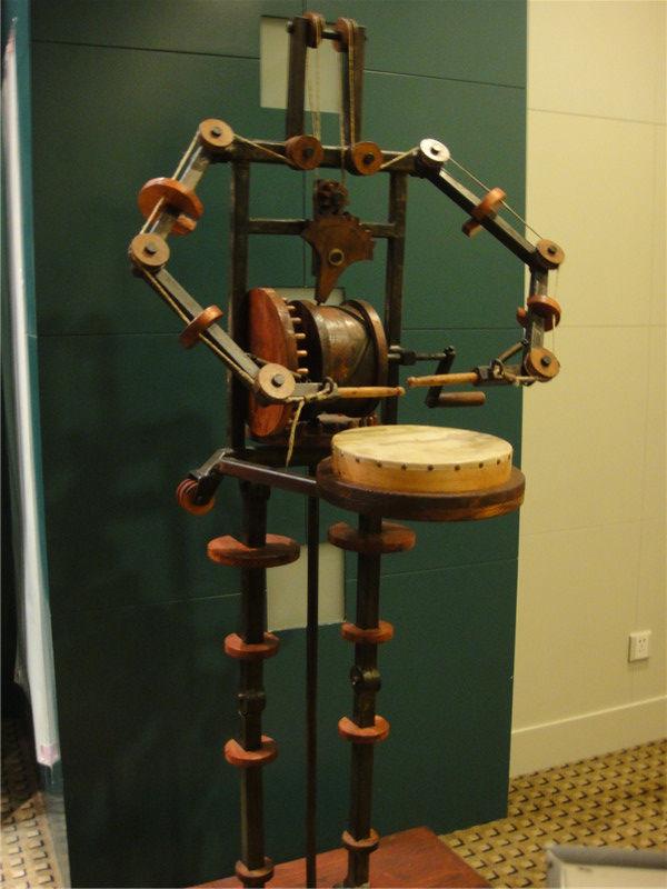 在达芬奇亚特兰大手稿编号f579r的手稿中,达芬奇设计了这个机器人图片