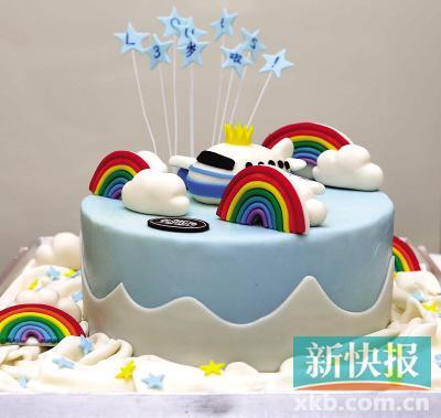 为小朋友定制的生日蛋糕,可爱的云朵,彩虹和飞机都是蛋糕师手工捏