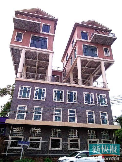 3层楼顶10余根柱子撑起2幢别墅 街坊称存在多年