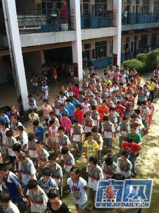 小学生到操场列队等候升国旗-开学第一天 升国旗 唱国歌