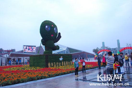 大型立体花卉雕塑――湖宝亮相衡水湖马拉松广场。扈炜 摄