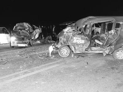 晚9点,家属在车祸现场死者遗体旁哭泣.记者杨涛 实习生张仰强 摄-