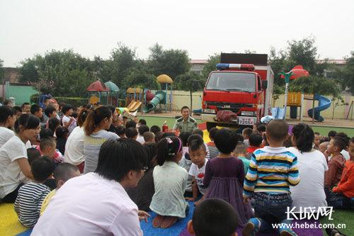 消防队员席地而坐为孩子们上课。冯立城 摄
