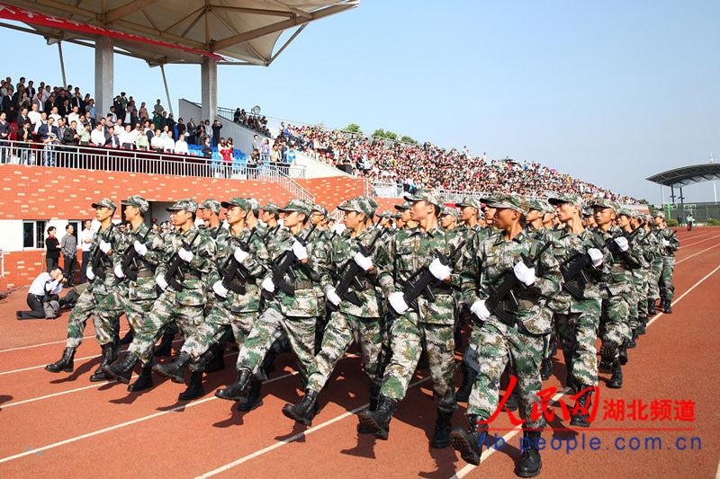 武汉举行首届大学生军训阅兵竞赛