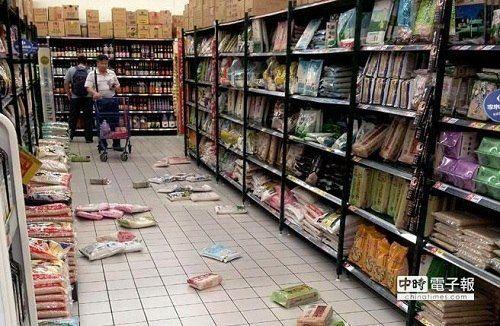 图片说明:10月31日晚间,台湾花莲瑞穗发生6.3地震,台北地区震度达3级,新北市新店1间大卖场货架上的物品禁不起摇晃,掉落地上,民众虚惊一场。 图片来源:台湾中时电子报图