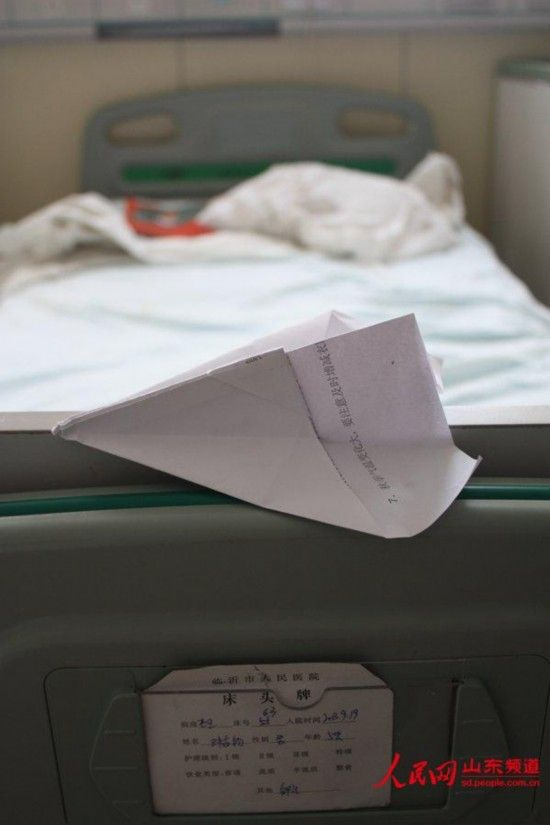 住院孩子留在病床上的纸飞机.(摄影 张岩)