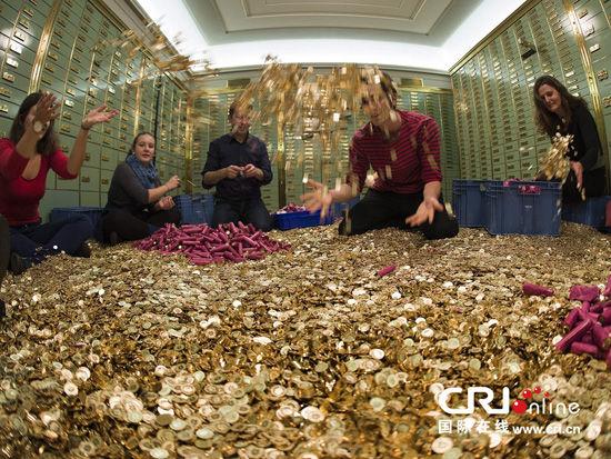10月1日,瑞士巴塞尔的社会活动家正在银行内数着8百万枚法国生丁硬币。图片来源:GEORGIOS KEFALAS/CFP