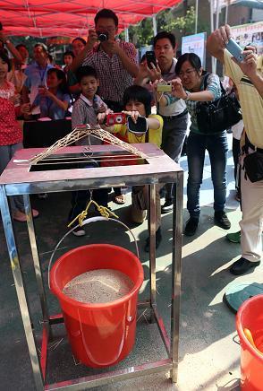 来自石龙中心小学11岁的小学生张菁用12根细小的松木条制作成一座桥梁模型,承重了40余kg的重物,比赛所用的秤爆表了。 南方日报讯 (记者/苏仕日 吴少敏)爆表啦!破纪录了!今日上午,来自石龙中心小学11岁的小学生张菁用12根细小的松木条制作成一座桥梁模型,承重了40余kg的重物,比赛所用的秤爆表了(该秤设计标准为40kg),桥模型也未崩塌。这一成绩令在场的师生都惊呆了。 10月30-31日日,第二届东莞市中小学建筑模型比赛在麻涌镇大步小学举行。全市41所中小学的461名选手参加本次比赛。 比赛活动围