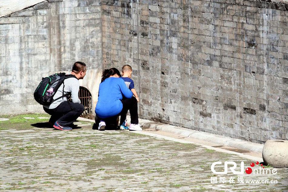 2013年10月2日,游客随意在故宫内撒尿.图片来源:cfp