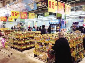超市里摆满了促销的食用油图片