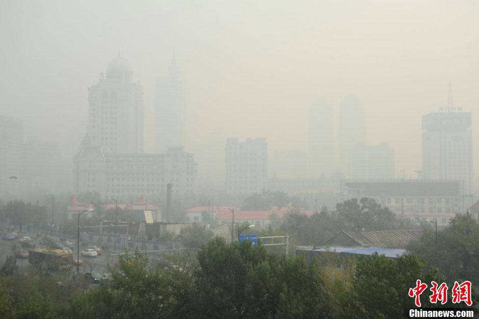 10月20日是哈尔滨市开栓供暖第一天,当日哈尔滨PM2.5值高达500,迎来雾霾天气,多地PM2.5指数爆表。黑龙江省气象部门发布全省多地雾霾黄色预警信号。据悉,黑龙江省气象台20日8时发布雾霾黄色预警信号,预计未来24小时内,齐齐哈尔、大庆、哈尔滨、绥化、牡丹江、鸡西、七台河、双鸭山、佳木斯、伊春、鹤岗等地区将出现雾霾天气。张清云摄