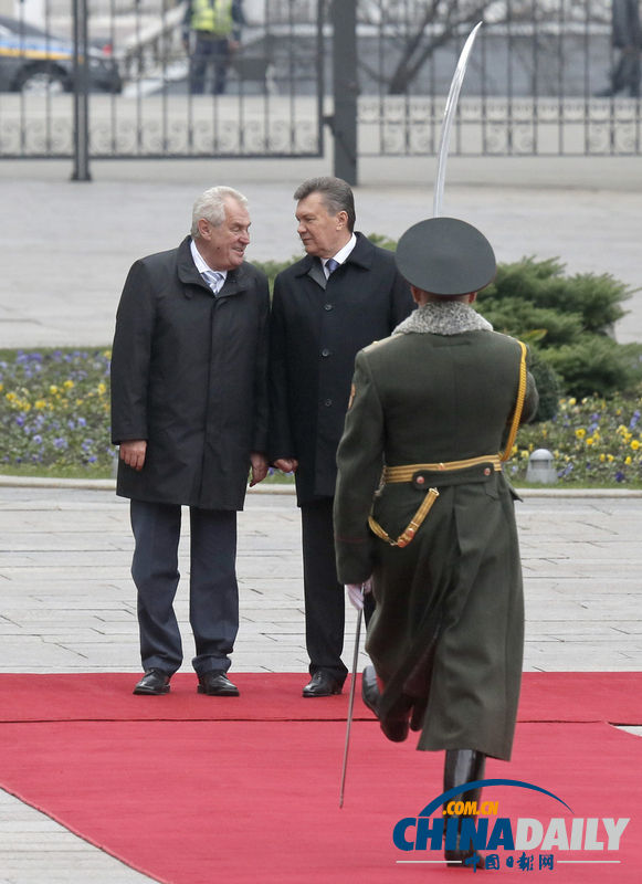基辅,捷克总统米洛什·泽曼(中)与乌克兰总统亚努科维奇(右)