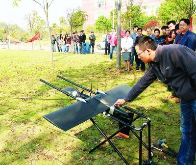 无人航测机表演秀引来师生们驻足围观。  通讯员刘侃 摄