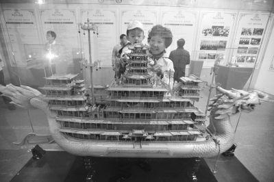 著名湖北艺人龙从发雕刻的木雕船《中华巨龙》