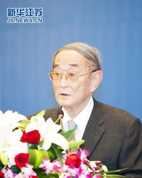 全国政协常委、北京大学光华管理学院名誉院长厉以宁在闭幕式上发言。(通讯员徐胜杰摄)