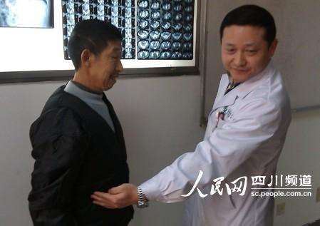 """医生在向记者解释""""镜面人""""内脏位置特征(陈曦摄)"""