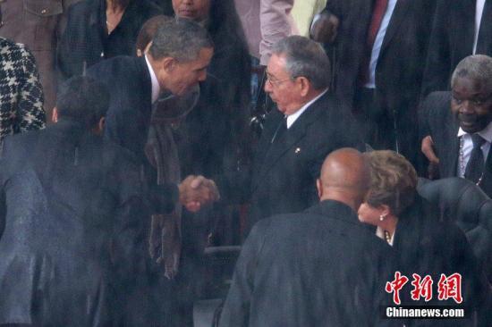 """当地时间12月10日,南非约翰内斯堡美国总统奥巴马出席曼德拉官方追悼会,并与古巴领导人卡斯特罗握手致意。图片来源:CFP视觉中国src=""""http://y1.ifengimg.com/news_spider/dci_2013/12/23850b470f984e30cd0a8cfed915852a.jpg"""""""