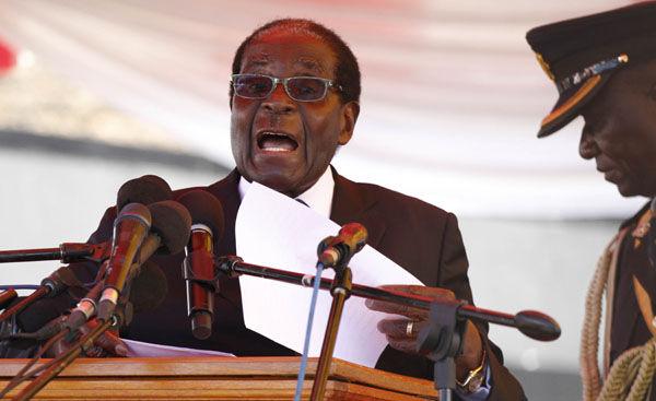 图为津巴布韦总统穆加贝8日在津首都哈拉雷向公众发表讲话src=