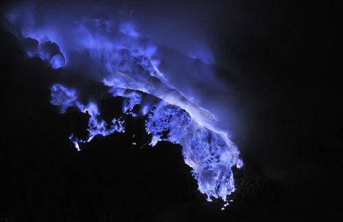 火山喷发引发的火焰在漆黑的夜晚散发出梦幻般的蓝色。