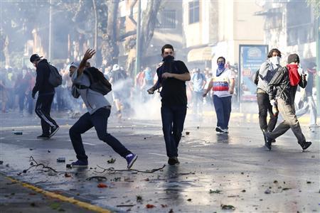 示威者向警方投掷石头。