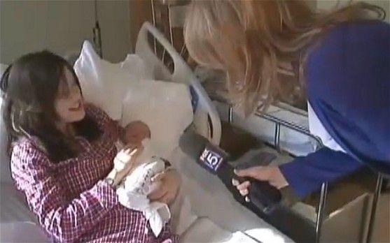 麦考特怀抱女儿在勒诺克斯山医院接受采访。(图片来源:英国媒体)