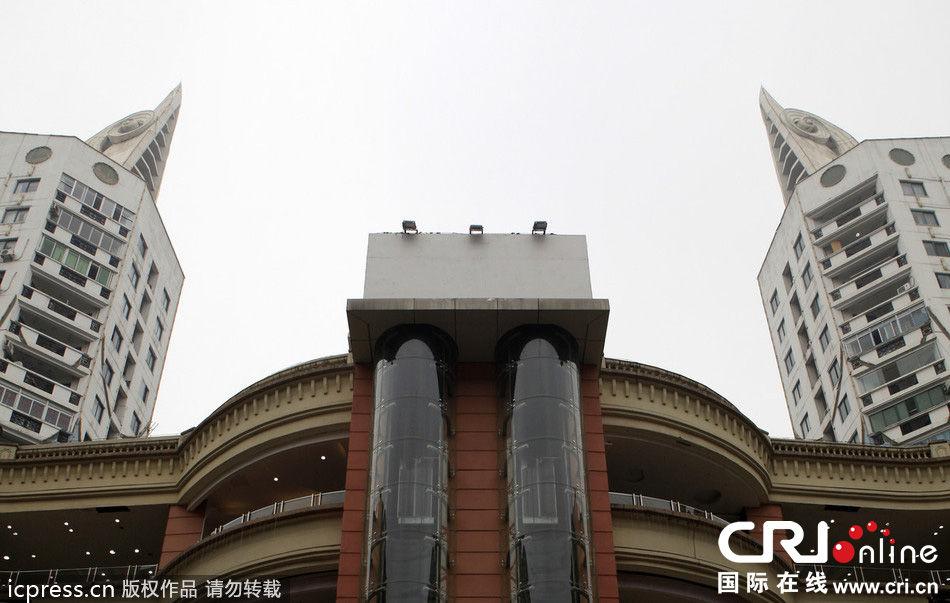 """广场,一栋建筑的楼顶造型设计如""""鸟头""""一般高昂向上"""