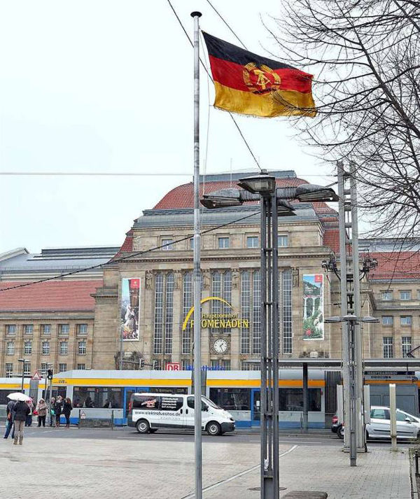 "图为莱比锡(Leipzig)火车站前的前东德(DDR)国旗src=""http://y1.ifengimg.com/news_spider/dci_2014/03/b81c3dab115e4e0bd77c0371934e2c86.jpg"""