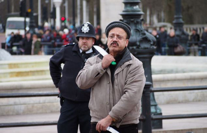 利亚男子自称英女王失散儿子 闯王宫遭驱逐图片