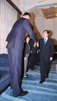 """姚明和马英九。图片来自台湾""""中央社"""""""